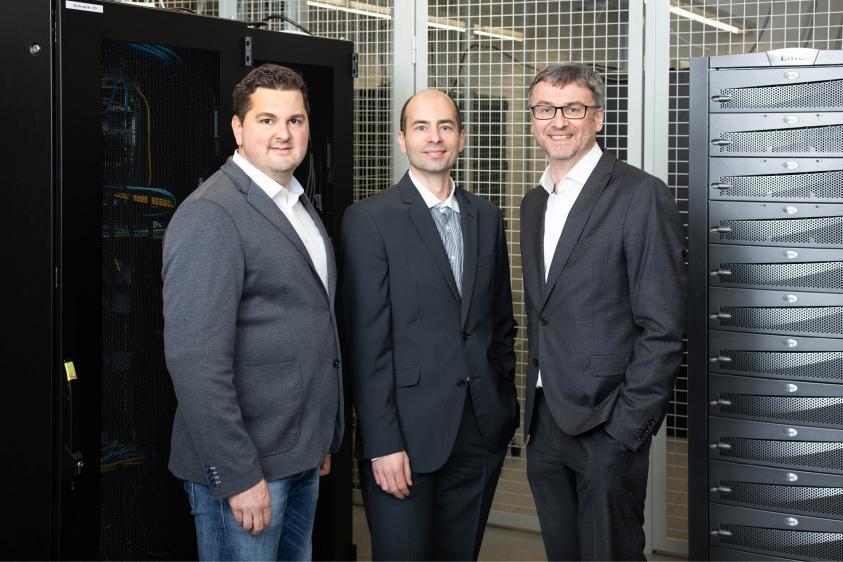 Die Widerhall-Geschäftsführer Mag. Michael Allerstorfer (l.) und Mag. Jörg Hasenleithner (r.) mit we-make.ai-Gründer Dr. Bernhard Mayr