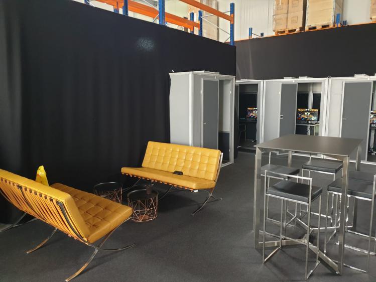 Die leeren Kabinen mit Lounge vor dem Start 2