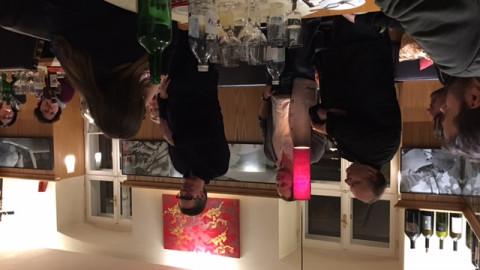 Begeisterte Blogger lauschen Jamie Purviance beim Essen
