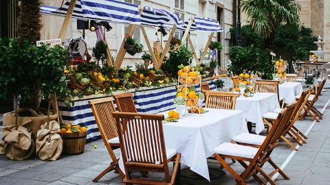 Lange Tafeln, üppige Dekorativen - so isst la pura vita