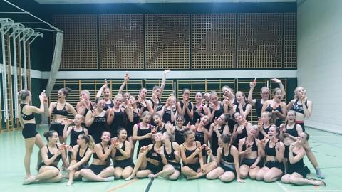 Almdudler Leicht & Zuckerfrei Sampling über Cheerleader