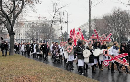 Ärzte stehen auf der Straße