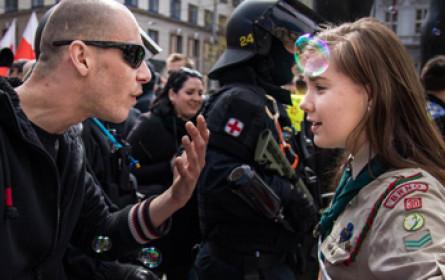 Internethit: Pfadfinderin stellt sich rechtem Demonstranten entgegen