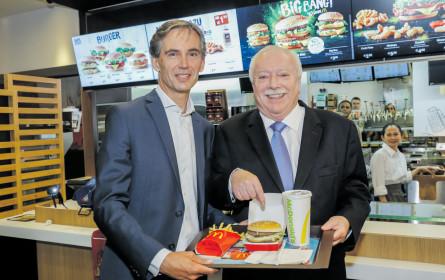 """Der """"Burgermasta"""" beim Burgerbrater"""