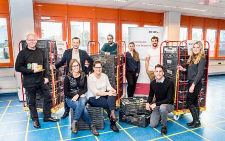 Rewe spendet 20 Meter hohen Warenturm an die Wiener Tafel