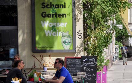 Sommer & Kampagne: Heimat Wien und G'spritzter stoßen an.