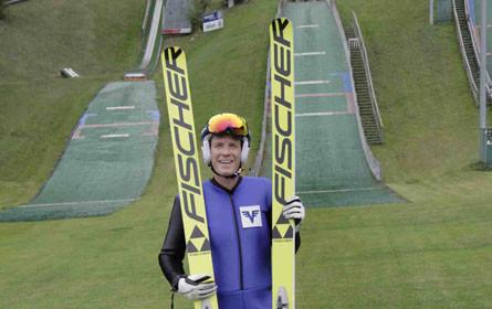 Café Puls-Moderator Florian Danner wird zum Skispringer auf Puls 4