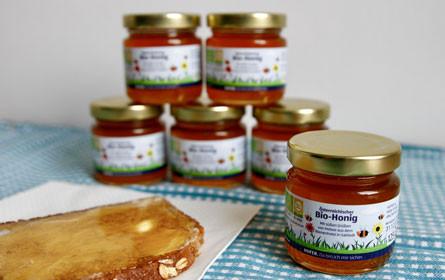Hofer verteilt Bio-Honig aus dem hauseigenen Bienenhotel an seine Mitarbeiter