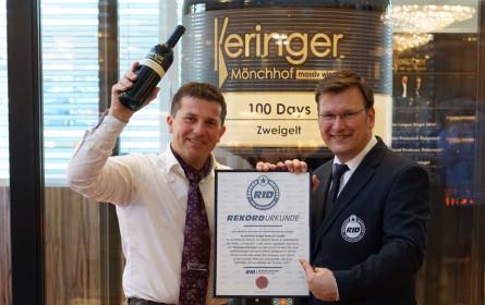 Größte gläserne Weinflasche der Welt im Guinness Buch der Rekorde