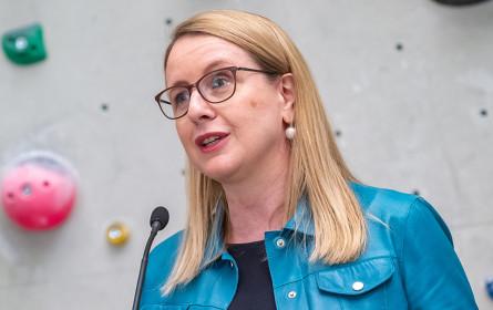 Wirtschaftsministerin Schramböck zu Equal Pay: Potenzial gut ausgebildeter weiblicher Talente nutzen