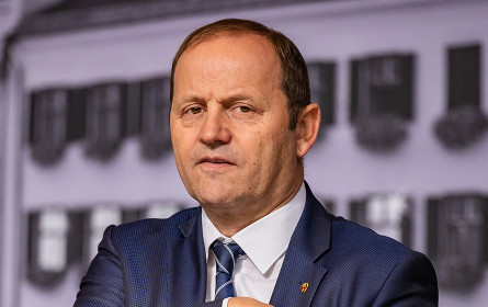 "Frauennetzwerk Medien verleiht ""Rosa Handtaschl"" an Josef Geisler"