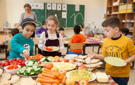 Hofer unterstützt Kinder und Jugendliche in Österreich