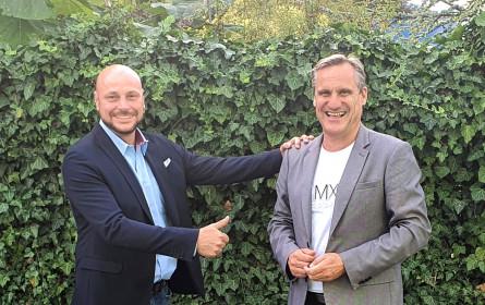 Martin Fürndraht gratuliert Gert Zaunbauer