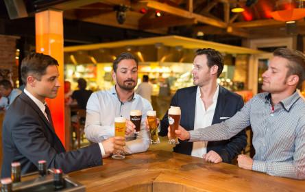 Am Weltmännertag feiern Männer mit Bier