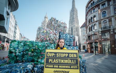 Greenpeace warnt mit meterhohem Plastikberg