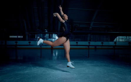 """Eisläuferinnen als Statuen, ein Ranggler als Meme und mehr: """"Legenden von Morgen"""""""