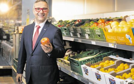 Christof Kastner treibt dem Apfel den Wurm aus