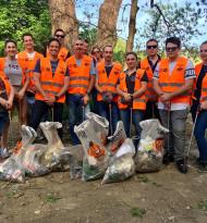 Hofer-Mitarbeiter top im Einsatz gegen den Umweltflop